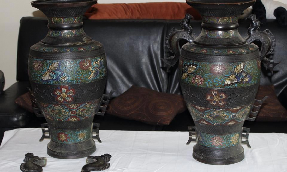 Une paire de vases en bronze japonais